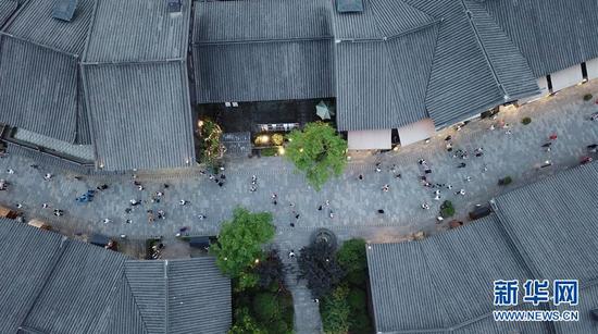 7月2日,游客在丹寨万达小镇游览(无人机拍摄)。2017年7月,贵州省丹寨县的丹寨万达小镇对外开放。两年来,丹寨万达小镇游客接待量持续增长,为700余名贫困户提供就业岗位,有力助推了丹寨县的脱贫攻坚工作。新华社记者 欧东衢 摄