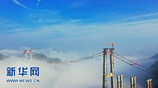 正在建设中的贵黄高速公路阳宝山特大桥。新华网发