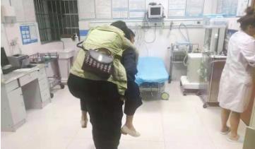 交警背着女子送医救治。