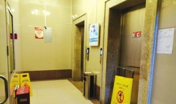 其中一台受损电梯尚在维修中。