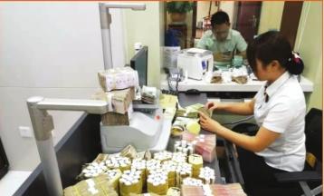工作人员在清理零钞。