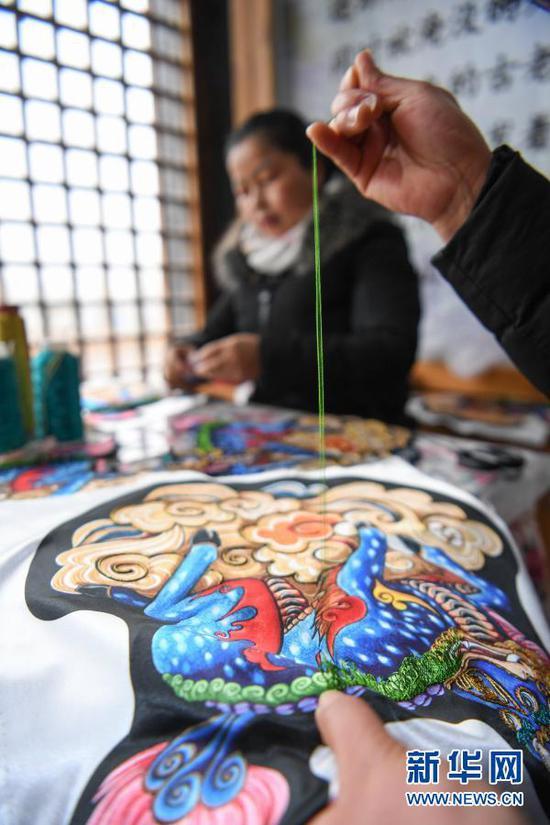 1月21日,在贵州省黔东南苗族侗族自治州施秉县一家刺绣扶贫车间,绣娘在赶制来自杭州市的订单。新华社发(雷光杰 摄)