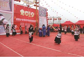 苗族同胞载歌载舞欢度节日