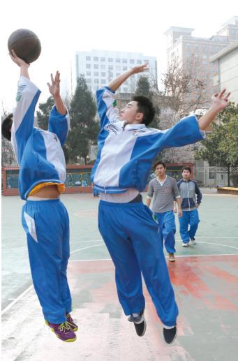 学生正在锻炼。 都市新闻记者邱凌峰 摄