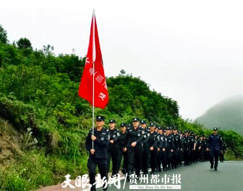 大方县特巡警开展秋季野外露营拉练