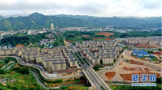 图为6月19日航拍的贵州铜仁市大龙经济开发区德龙新区易地扶贫搬迁安置点。新华网 周远钢 摄