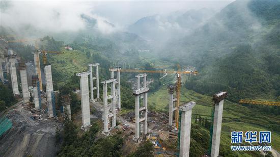 建设中的兰海高速重遵段(贵州段)扩容工程魏家寨特大桥(8月28日无人机拍摄)