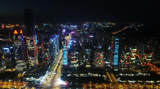 觀山湖城市藝術燈光秀在金融城樓體點亮 楊靖 攝