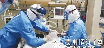 遵义医科大学附属医院重症医学科二病区男护士王勇和一病区护士邓佳佳在为病人翻身拍背。