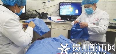 物资缺乏,黔西县人民医院感染科余燕护士长和护理部谢主任,手工缝制防护裤套。