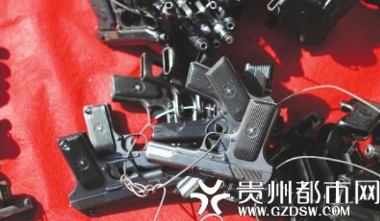 准备集中销毁的各类公务枪支。