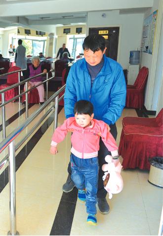 杨通旭带着杨梦佳进行日常训练。
