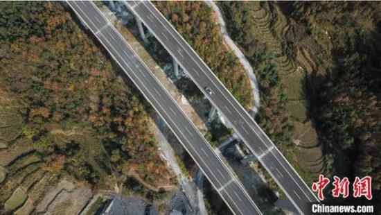 图为航拍车辆在紫望高速行驶。 瞿宏伦 摄