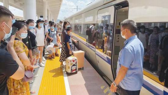 中秋小长假贵阳客运段加开17对旅客列车