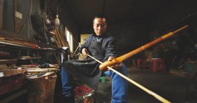 杨大平在组装芦笙音管。