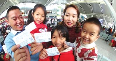 """""""幸福列车""""载692名贵州老乡昨日搭乘免费动车回家过年"""