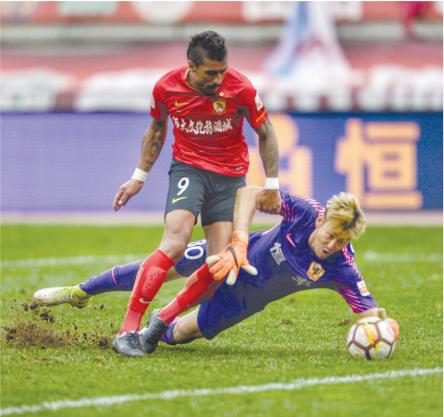 贵州恒丰队守门员用身体挡下对方球员射门。