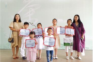 马宁薇(右一)带着六个孩子来参赛都获得奖项。