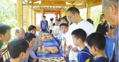 唐韦星(右)与棋手对弈。
