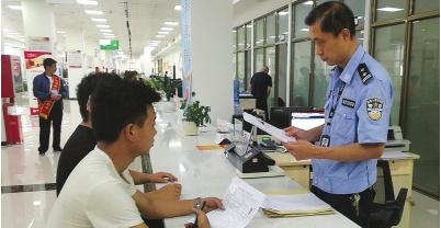 工作人员在为群众办理摩托车驾照。