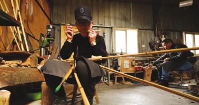 杨成在调试芦笙簧片音准。