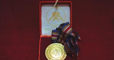 有关部门授予贺相明同志见义勇为勋章。