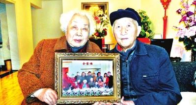 八旬两老向记者展示全家福。
