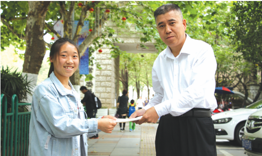 吴露芬给贵州博爱慈善公益协会主席兴百全送去一封感谢信。
