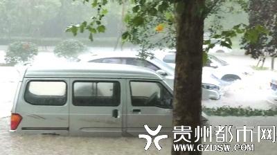 郑州市长江路河,水已将街道淹没,车身下部几乎完全淹在水里。