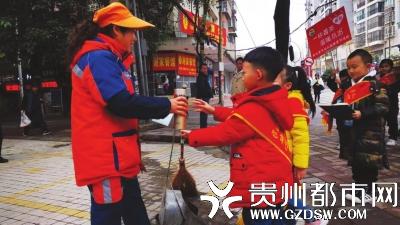 小朋友向环卫工人递上暖暖的姜茶。