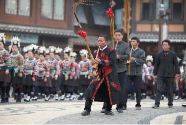 """身着节日盛装的苗族芦笙手在""""祭尤节""""祭祀仪式中吹奏芦笙。"""