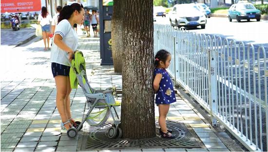 街头,一位小公主和她的妈妈玩捉迷藏。