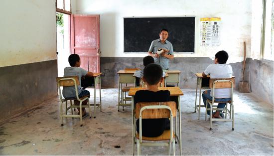 徐茂辉在给学生上课。