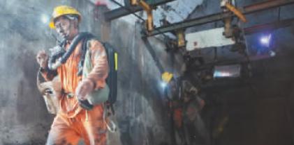 救援人员从事故煤矿井口内走出 新华社
