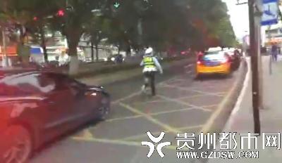 民警跑步引导车辆。