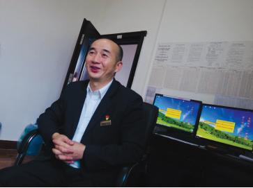 王昌利向记者讲述30年火车司机生涯。
