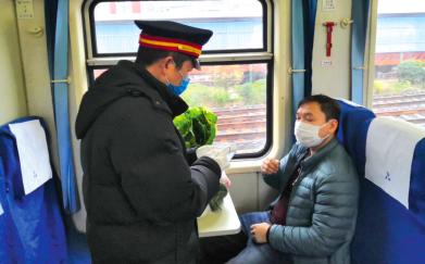 胡贵川为旅客预订蔬菜。