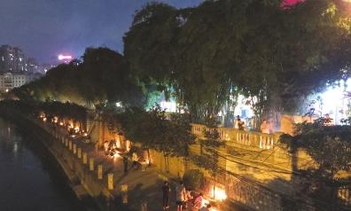 沿河上下,不少市民在焚烧纸钱祭祀先人。