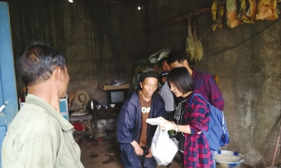 省医驻村女干部袁博为文忠送药。