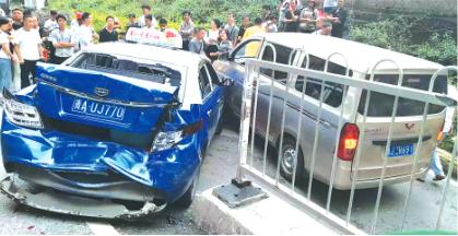 事发现场多辆车被撞