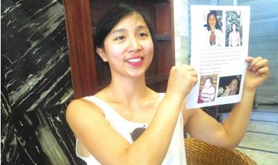 王凤向记者展示寻亲海报。。