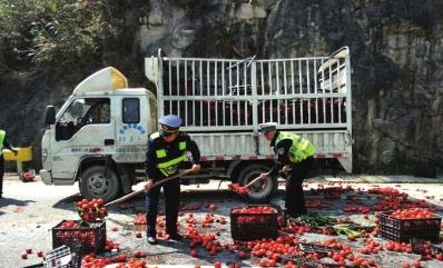 路政人员正在清理洒落在路面上的蔬菜。
