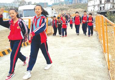 学生们走在学生专用通道上。