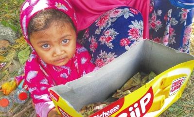 等待救援的大眼小姑娘。