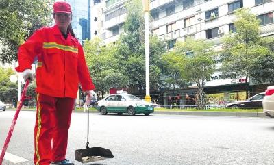 冯大姐在中华南路段保洁。