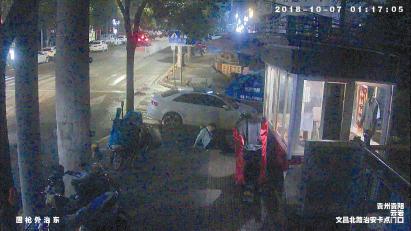 报警人醉倒在路上。 (视频截图)