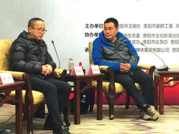 严培文(左)接受访谈。
