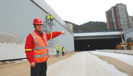 八鸽岩隧道安云路入口,工作人员介绍施工进展。