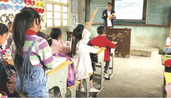 聂松正在给学生们上课