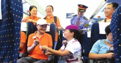 乘务员为一位老师送上康乃馨。